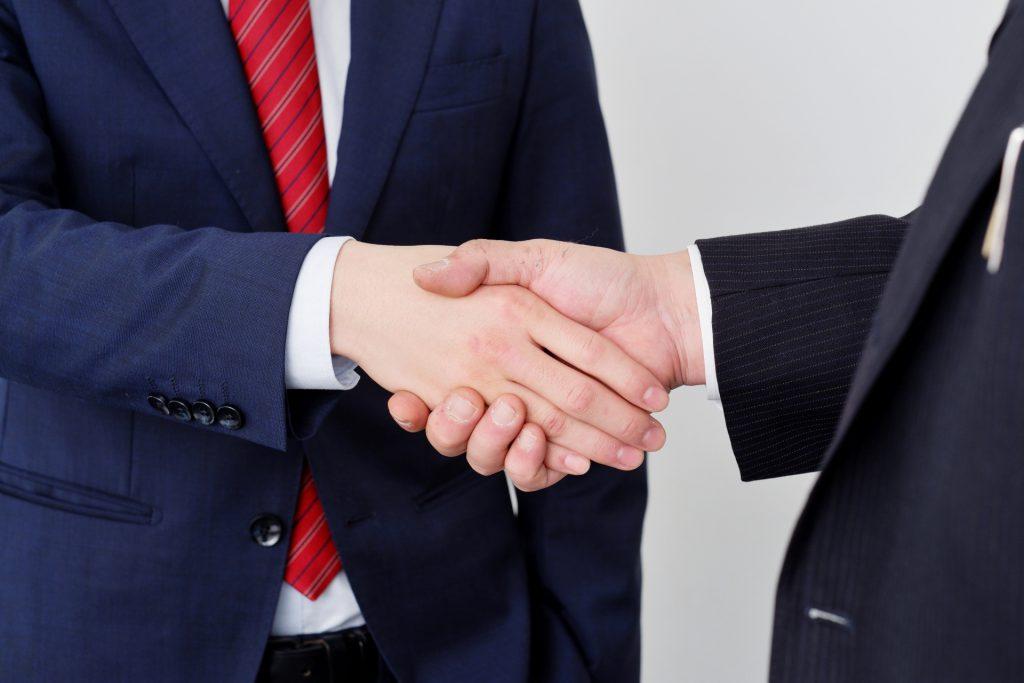 【後継者不足の中小企業】社員に承継するメリット・デメリットと注意点
